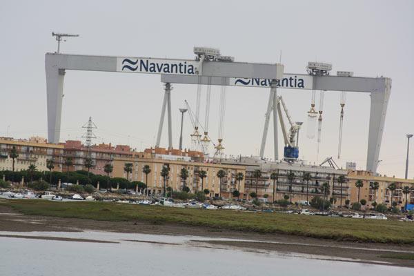 Pórticos de Navantia sobre la Barriada del Río San Pedro.