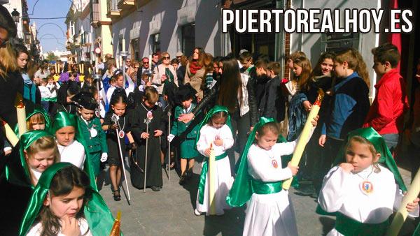 Los alumnos del Colegio Juan Pablo II - Santo Ángel, en su procesión.