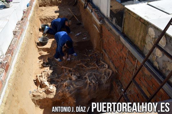 Fosa común excavada en el cementerio de San Roque.