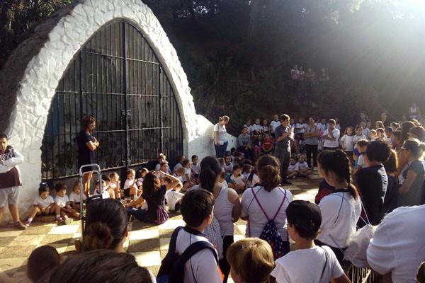 Los Alumnos del Colegio Juan Pablo II - Santo Ángel, en el día de la Virgen de Lourdes