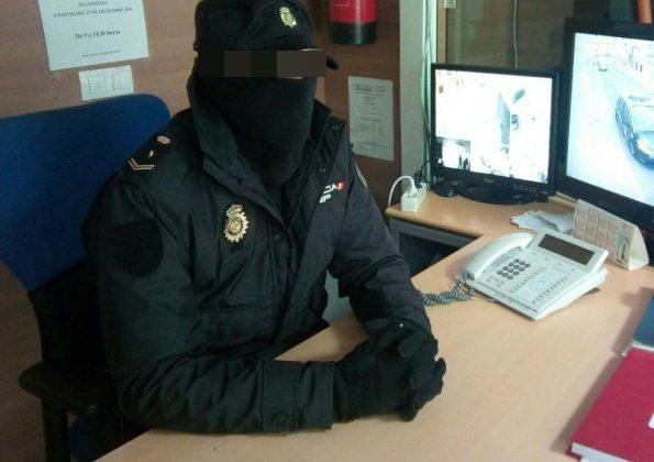 Policía en el interior de la Comisaría de la Policía Nacional en Puerto Real