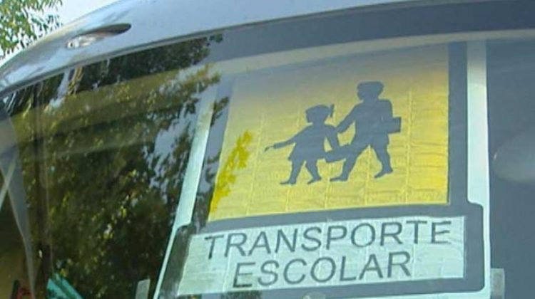 Señal de transporte escolar por parte de un vehículo