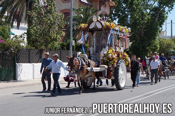 La Hermandad de El Rocío de Puerto Real en su paso por Sanlúcar de Barrameda.