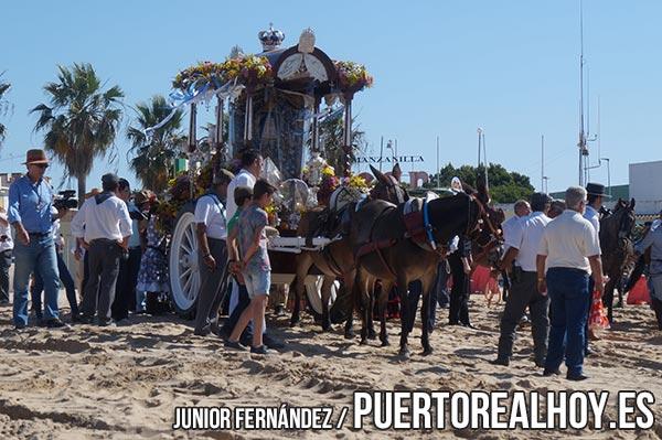Hermandad de El Rocío de Puerto Real a su paso por las arenas de Sanlúcar.