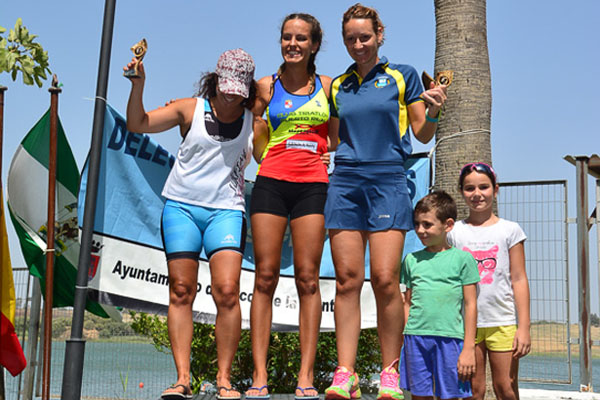 La deportista del CD Triatlón de Puerto Real en el podio