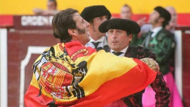 El torero Juan José Padilla con la bandera de la polémica