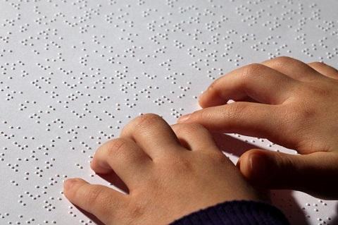Lectura por el método Braille para invidentes