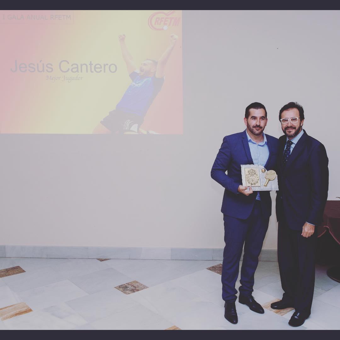 Jesús Cantero, recibiendo el premio de la RFETM