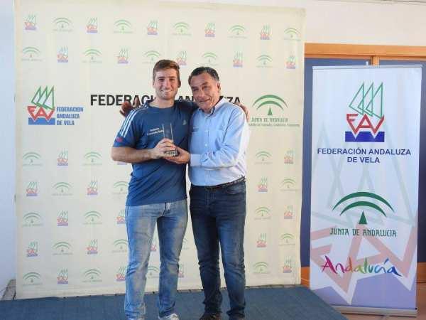 Antonino Coronilla, con el trofeo de Campeón
