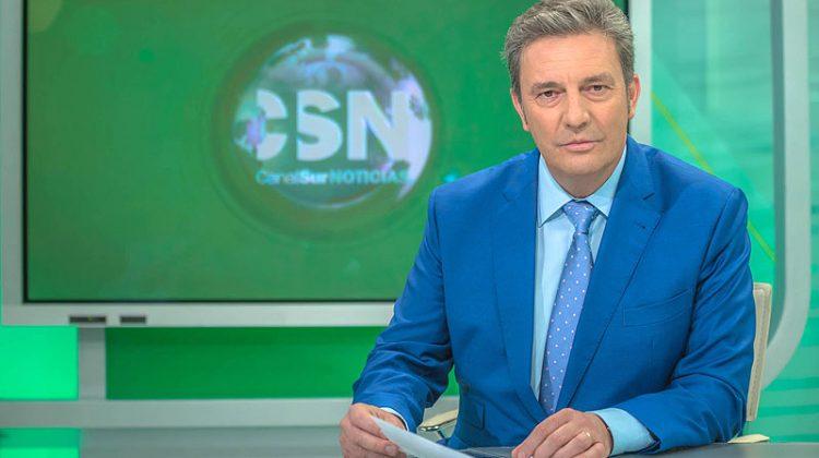 Carlos María Ruiz, presentando las noticias matinales de Canal Sur