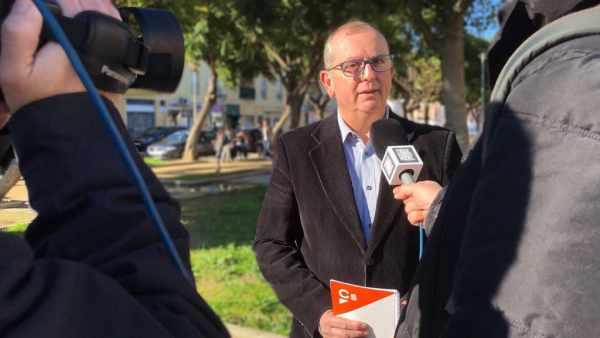 Guillermo Cisneros, atendiendo a la prensa