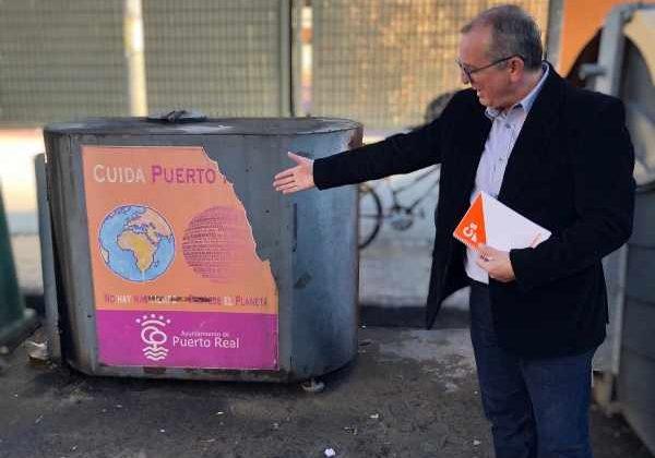 Guillermo Cisneros con un contenedor de aceite usado