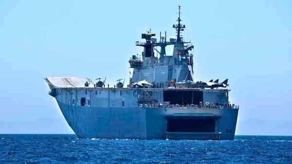 Portaviones Juan Carlos I, saliendo de Cádiz
