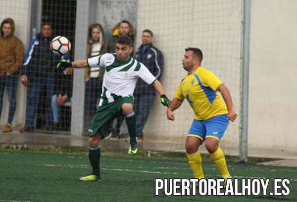 José M. Morón, controlando un balón para el Puerto Real CF
