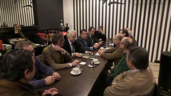 Antonio Sanz reunido con los miembros de la Plataforma Por Las Aletas