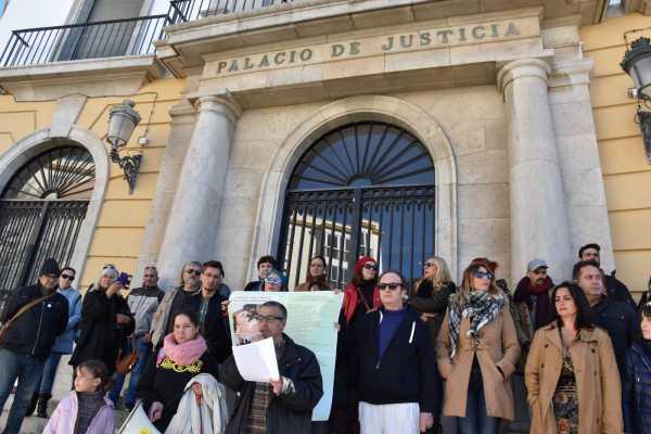 Miembros de Prodean concentrados en la Audiencia Provincial de Cádiz
