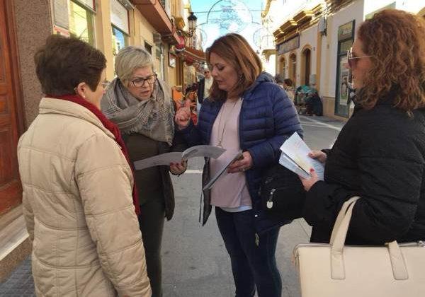 Elena Amaya y Araceli Maese por las calles de Puerto Real