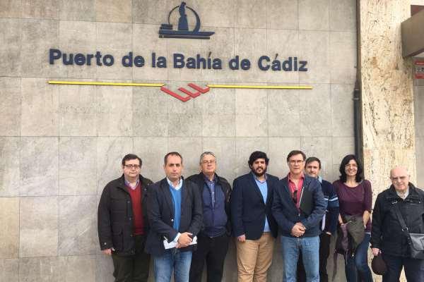 Miembros del PP y vecinos del Río San Pedro en la Autoridad Portuaria Bahía de Cádiz.