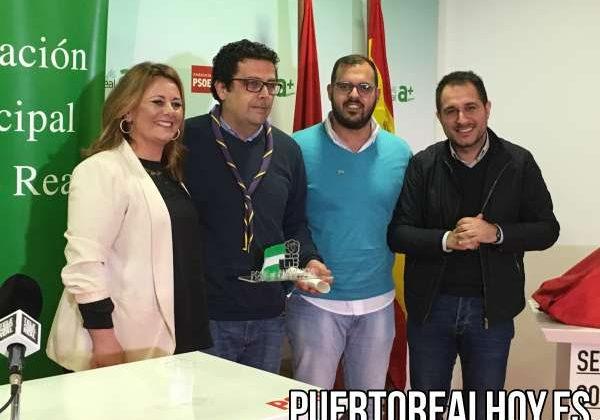 Miembros del PSOE con los Scouts de La Salle