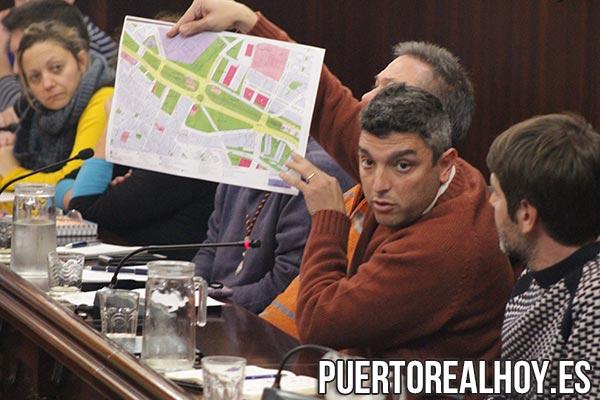 Antonio Villalpando enseñando el Plano del Tablero Superior del Soterramiento.