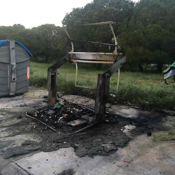 Contenedor quemado en Ciudad Jardín.
