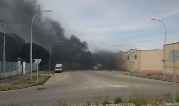 Incendio de un camión en el Polígono de El Trocadero.