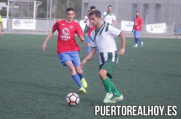 Manu Armario controla el balón para el Puerto Real CF.