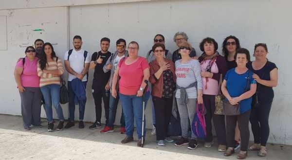 """Miembros de AFIPRE a las puertas del Centro Cívico """"Ciudad Abierta""""."""