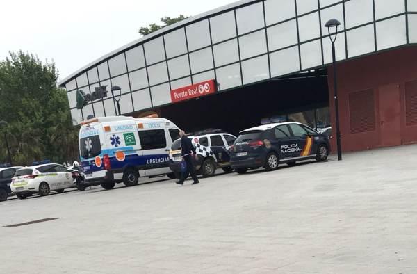 Miembros de las Fuerzas de Seguridad y Ambulancia en la Estación.