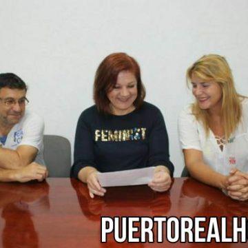 Ascensión Ruiz junto a los miembros de Podemos en Puerto Real.