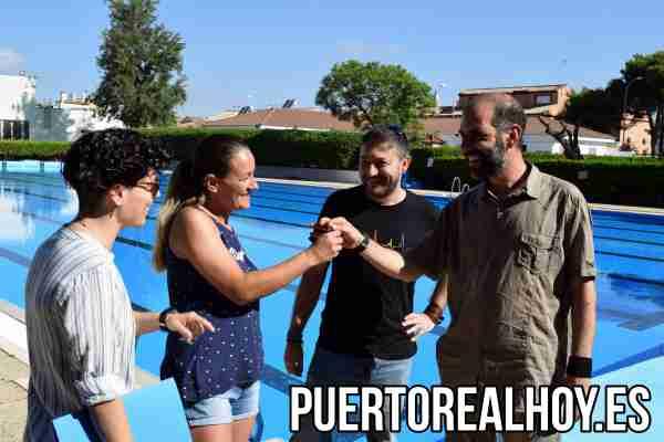 Entrega de llaves por parte del Ayuntamiento de Puerto Real de la Piscina de Verano.
