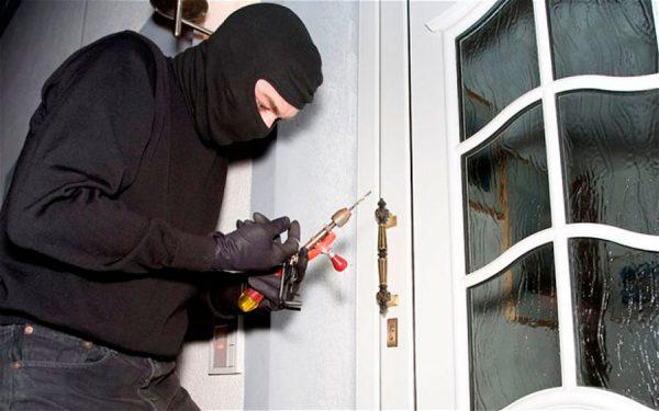 Ladrón durante un robo en un domicilio.