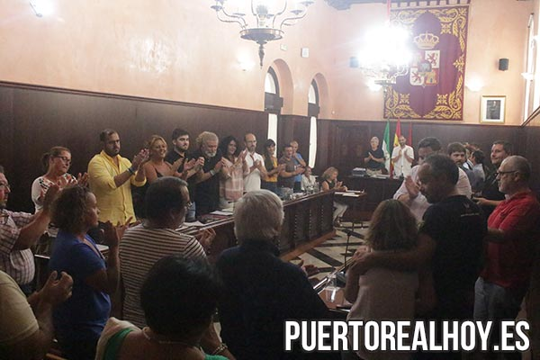El Pleno aplaude a los padres de Alba Ramos