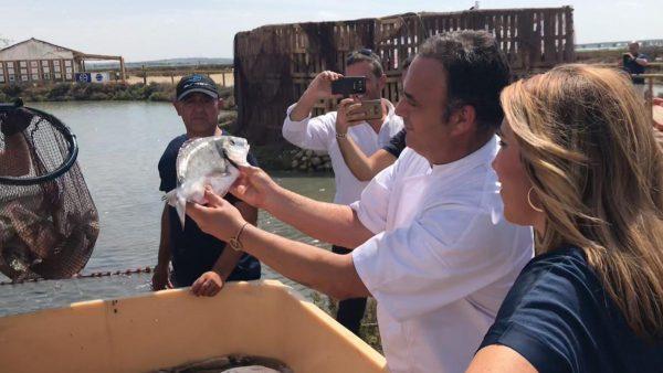 Ángel León enseña muestra del despesque a Susana Díaz, Presidenta de La Junta.