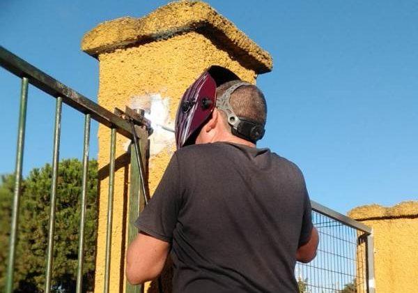 Vecino de El Marquesado soldando la verja.