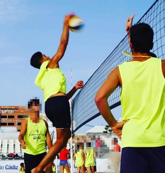Óscar Bornes, jugando a voley playa.