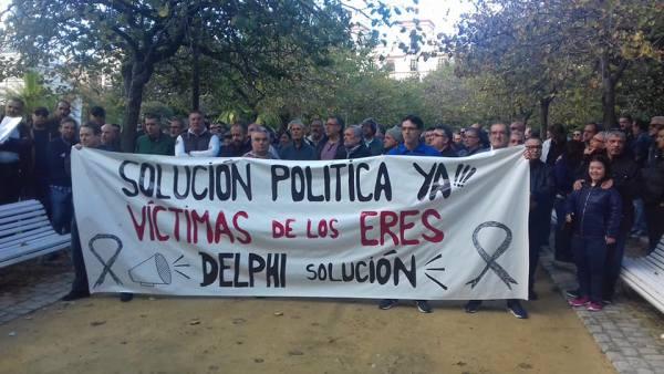 Ex trabajadores de Delphi con la pancarta.