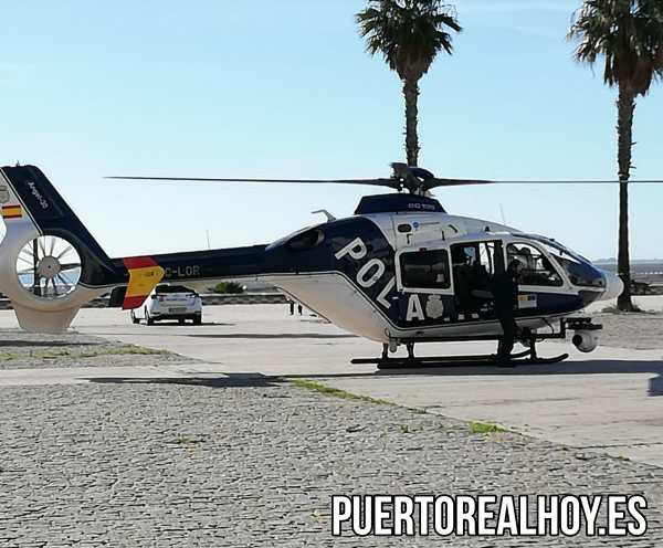 Helicóptero de la Policía Nacional en la Plaza Poeta Rafael Alberti.