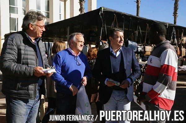 Vicente Fernández con Antonio Sanz en el mercado ambulante.