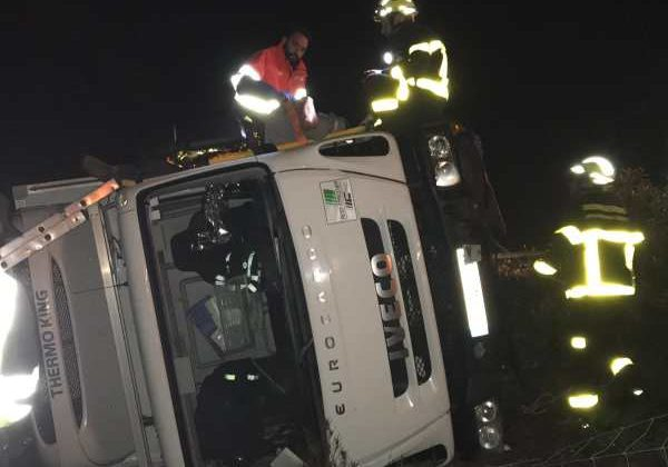 Camión volcado en la Autovía A4 a la altura de Tres Caminos en Puerto Real.