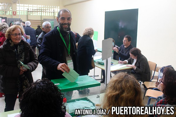 Antonio Romero votando en unas elecciones.
