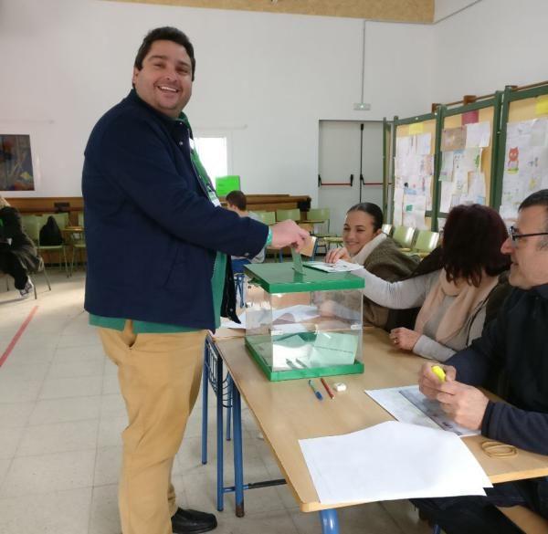 José Alfaro, ejerciendo su derecho al voto.