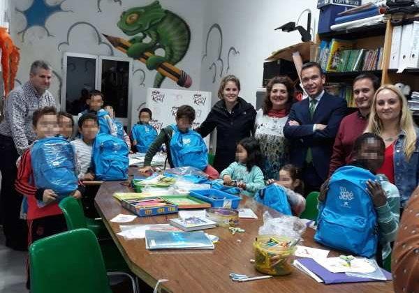 Miembros del Ayuntamiento de Puerto Real y de La Caixa en la Casa de la Juventud.