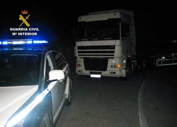 Guardia Civil deteniendo a un camión.