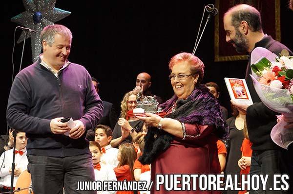 María Teresa Quintana recibiendo su reconocimiento como pregonera.