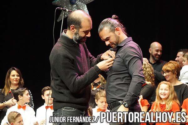 Pedro Campos recibiendo la Estrella de la Navidad para el coro Semilla Rociera.