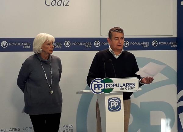 Antonio Sanz, Presidente del PP Cádiz, junto a Teófila Martínez.