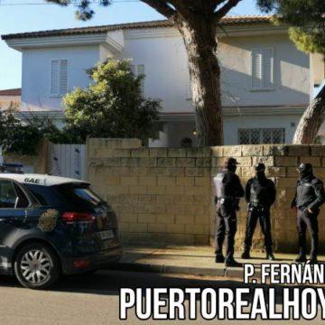 Policía Nacional custodiando la casa intervenida.