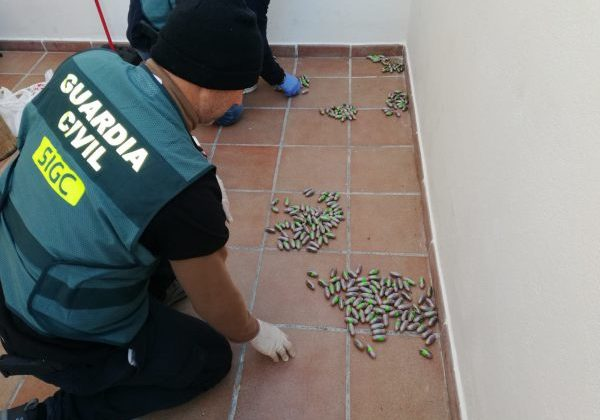 La Guardia Civil encontrando diversa droga en Puerto Real.