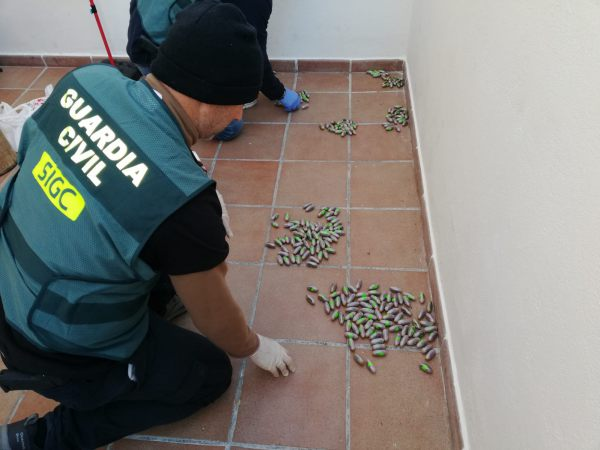 La Guardia Civil encontrando diversa droga en Puerto Real.